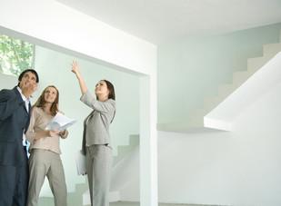 Drei miteinander sprechende Personen in einer Immobilie